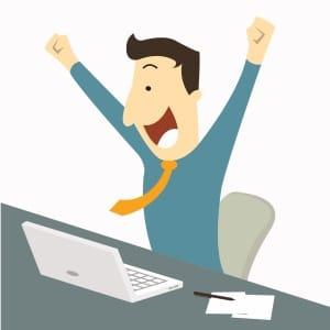 Hombre contento despues de conseguir algo en el ordenador