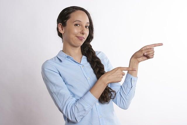 mujer mostrando el formulario a la derecha